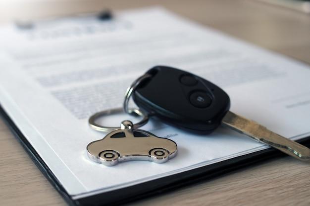 Contractdocumenten voor het brengen van een auto om een hypotheekcontract te sluiten om een lening te garanderen. Premium Foto