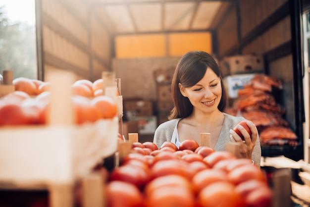 Controle van de voedselkwaliteit. de kwaliteit van het product controleren. geïnstalleerde producten controleren vóór verkoop. Premium Foto