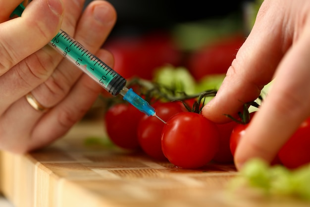 Cook in kitchen introduceert geheim ingrediënt Premium Foto