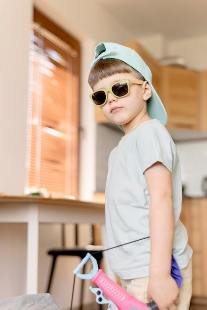 Cool kind draagt een zonnebril Gratis Foto