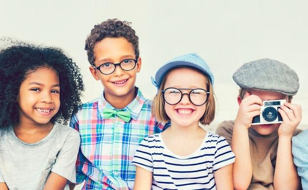Coole kinderen met plezier in het park Premium Foto
