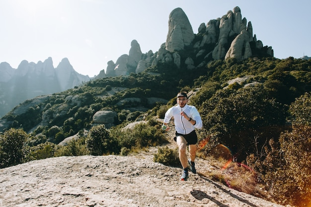 Coole man met tatoeages ultra trailrunner Gratis Foto