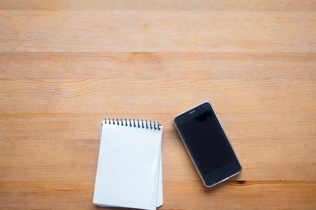Coppy-ruimte op bedrijfs werkende lijst met smartphone en het organiseren, concept bureauachtergrond Premium Foto