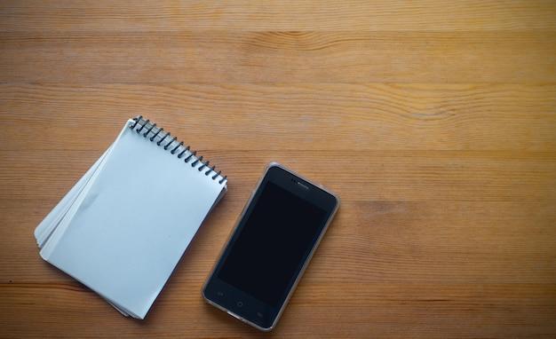 Coppy ruimte op business werktafel met smartphone en organiseren, concept bureau bureau achtergrond Premium Foto