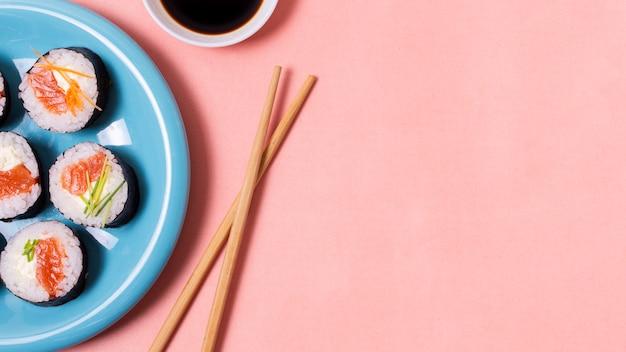 Copy-space eetstokjes en sushi Gratis Foto