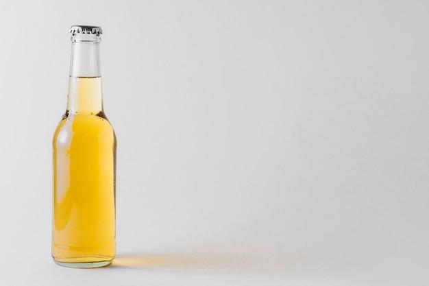 Copy-space flesje bier op tafel Premium Foto