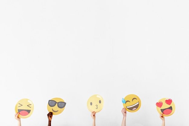 Copy-space handen met verschillende emoji Gratis Foto