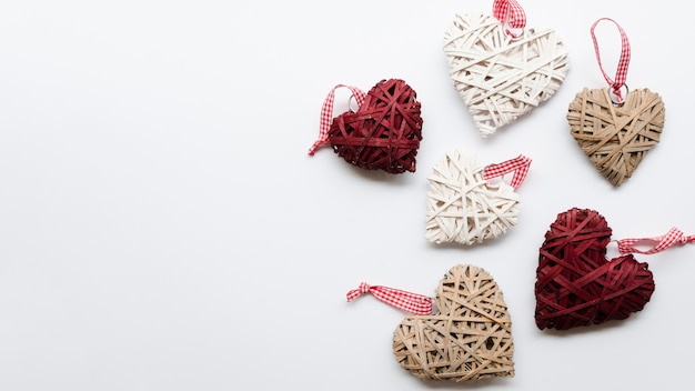 Copy-space harten decoraties op tafel Gratis Foto