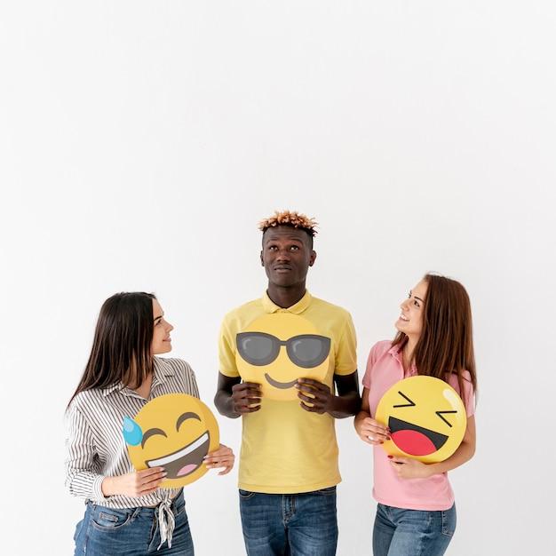 Copy-space jonge vrienden houden van emoji Gratis Foto