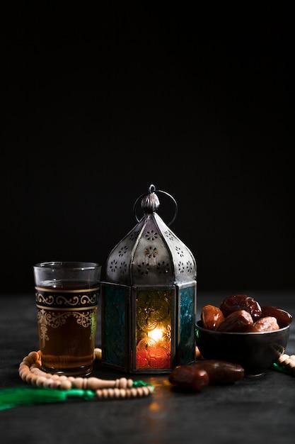 Copy-space kaars met snacks voor ramadan Premium Foto