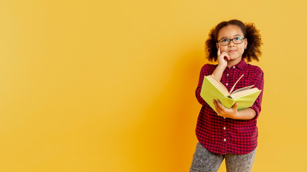 Copy-space meisje met bril lezen Gratis Foto