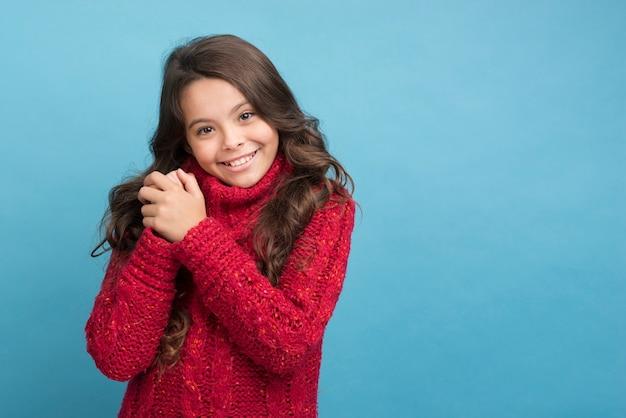 Copy-space meisje winter trui dragen Gratis Foto