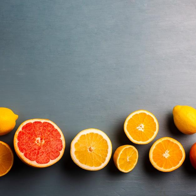 Copy-space met mix van citrusses op tafel Gratis Foto