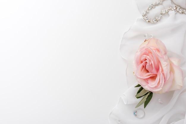 Copy-space roos en bruid sieraden Gratis Foto