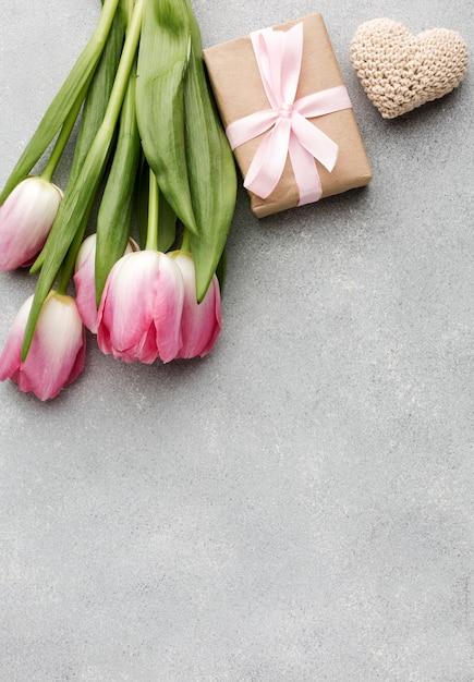 Copy-space tulpen en cadeau Gratis Foto