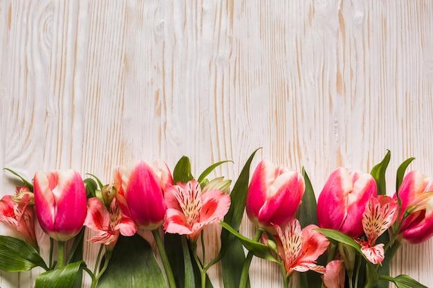 Copy-space tulpen op tafel Gratis Foto