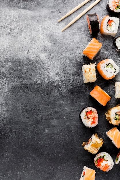 Copy-space verscheidenheid aan sushi op tafel Gratis Foto