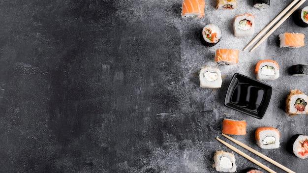 Copy-space verscheidenheid aan sushi Gratis Foto