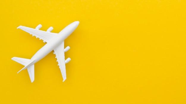 Copy-space vliegtuig speelgoed op tafel Gratis Foto