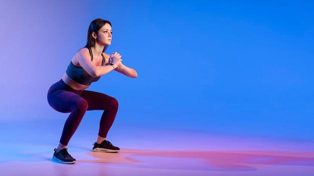 Copy-space vrouw doet oefeningen Gratis Foto