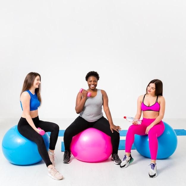 Copy-space vrouwen bij fitnessles Gratis Foto