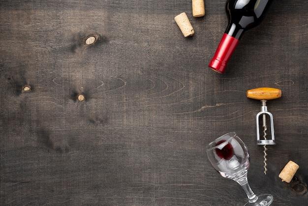 Copy-space wijnfles met glas en kurkentrekker Gratis Foto