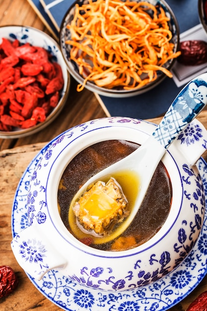 Cordyceps bloemvarkensbeensoep, chinees voedsel Premium Foto