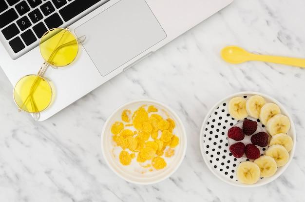 Cornflakes en heerlijke fruitsnack Gratis Foto