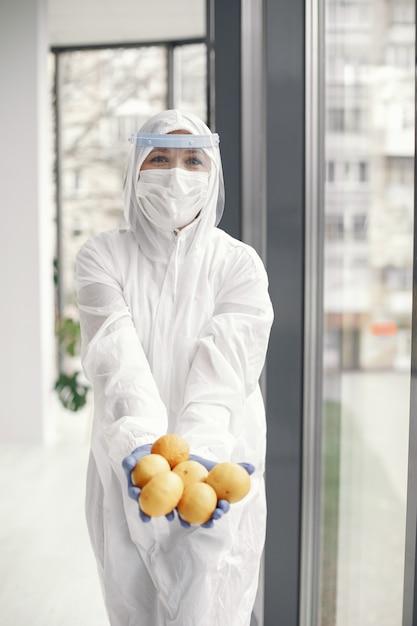 Coronavirus pandemie covid-2019. beschermend pak, bril, handschoenen, masker. Gratis Foto