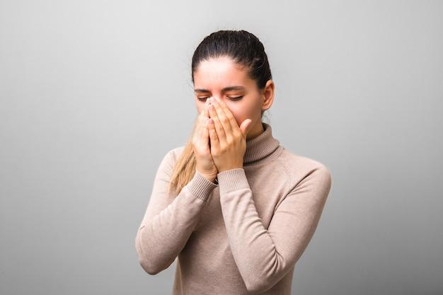 Coronavirus verspreidde zich. zieke vrouw met griep of virus niezen in haar handpalmen. verkeerde virusbescherming Premium Foto