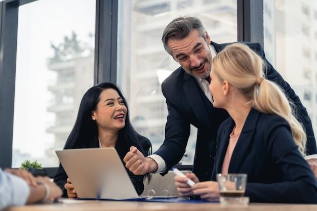 Corporate business team en manager in een vergadering. jong team van collega's die geweldige zakelijke bespreking maken in een modern coworking-kantoor. teamwork mensen concept Premium Foto