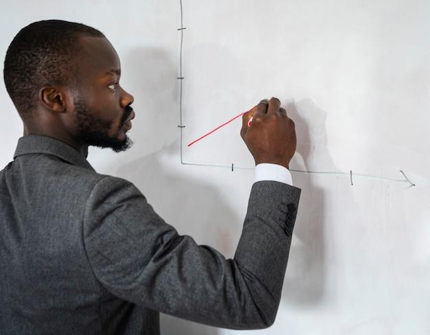 Corporate man tekening grafiek Gratis Foto