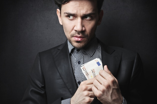 Corrupte zakenman geld verbergen Premium Foto