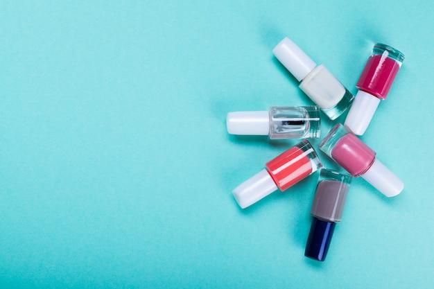 Cosmetica op blauwe werkplek. Premium Foto