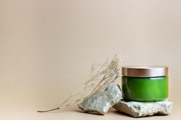Cosmetica op een bruin. minimalisme. huidverzorging. lichaamsverzorging. Premium Foto