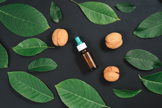 Cosmetische en therapeutische walnotenolie op zwart Premium Foto