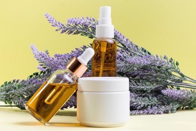 Cosmetische flessen met planten Gratis Foto