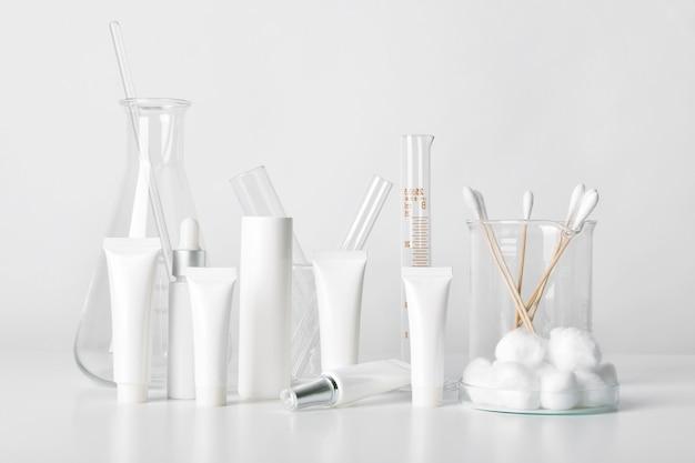 Cosmetische flessencontainers en wetenschappelijk glaswerk, blanco verpakking voor branding, farmaceutische huidverzorging door dermatoloog, onderzoek en ontwikkeling van schoonheidsproductconcept. Premium Foto