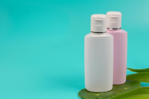 Cosmetische producten voor vrouwen geplaatst op een blauw. Gratis Foto