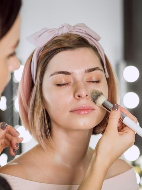 Cosmetologist die stichting op vrouw toepast Gratis Foto
