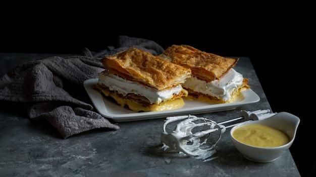 Costrada of millefeuille met - traditioneel dessert gemaakt met bladerdeeg, room en vla. Premium Foto