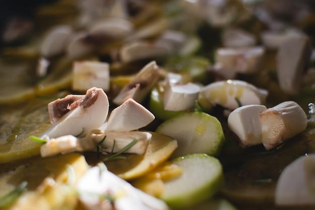 Courgette en champignons met olijfolie Gratis Foto