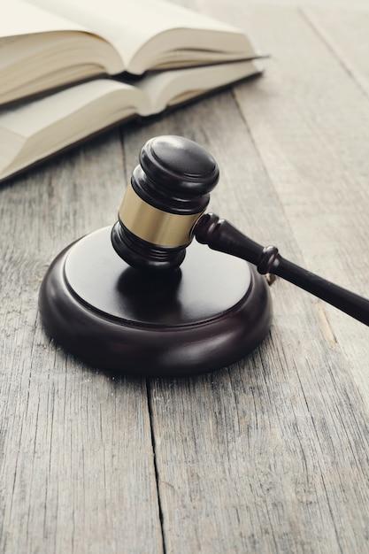 Court hammer en boeken. oordeel en recht concept Gratis Foto