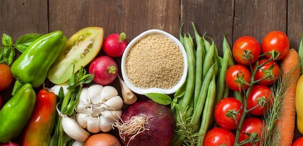 Couscous in een kom en verse groenten op houten hoogste mening Premium Foto