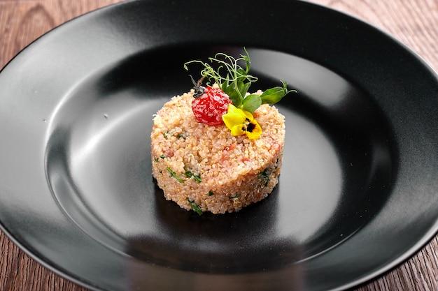 Couscous op een zwarte plaat Premium Foto