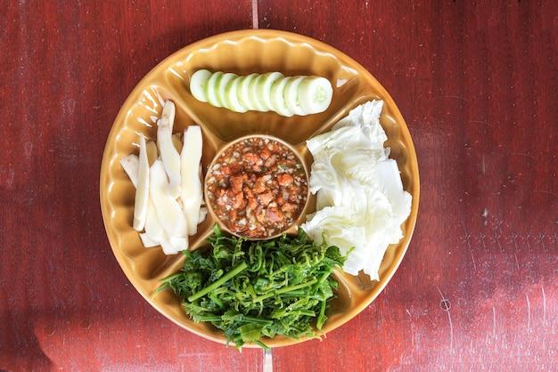 Crab roe chili pasta geserveerd met groente Gratis Foto