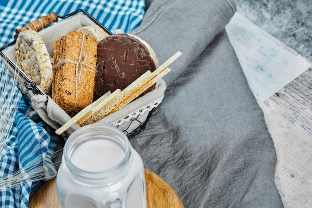 Cracker en koekjes met een kruik melk. Gratis Foto