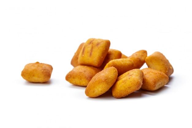 Crackerkoekjes op wit worden geïsoleerd dat Premium Foto