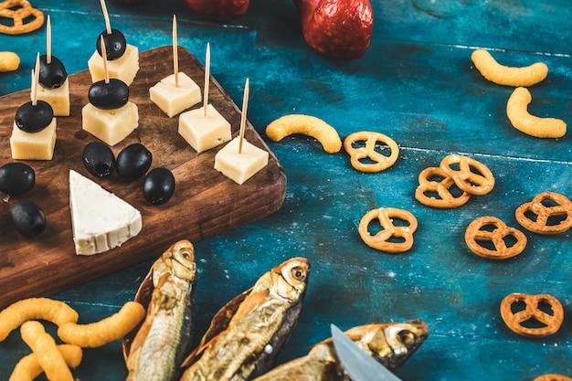 Crackers met gerookte vis en kaasblokjes Gratis Foto