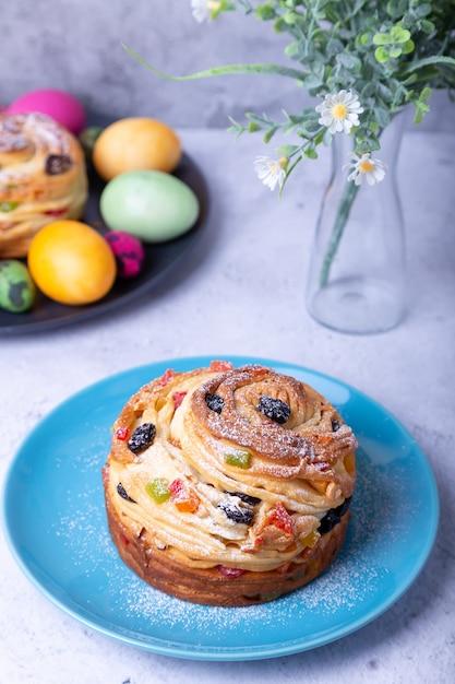 Craffin met rozijnen, noten, gekonfijt fruit en paaseieren Premium Foto